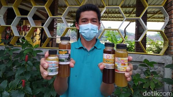 Untuk harganya, per 250 mililiter itu ada yang Rp 140.000. Itu untuk madu pahit, kalau yang manis Rp 100.000. Madu asli ini dihasilkan lebah yang dibudidayakan di kawasan perbukitan Menoreh. (Eko Susanto/detikTravel)