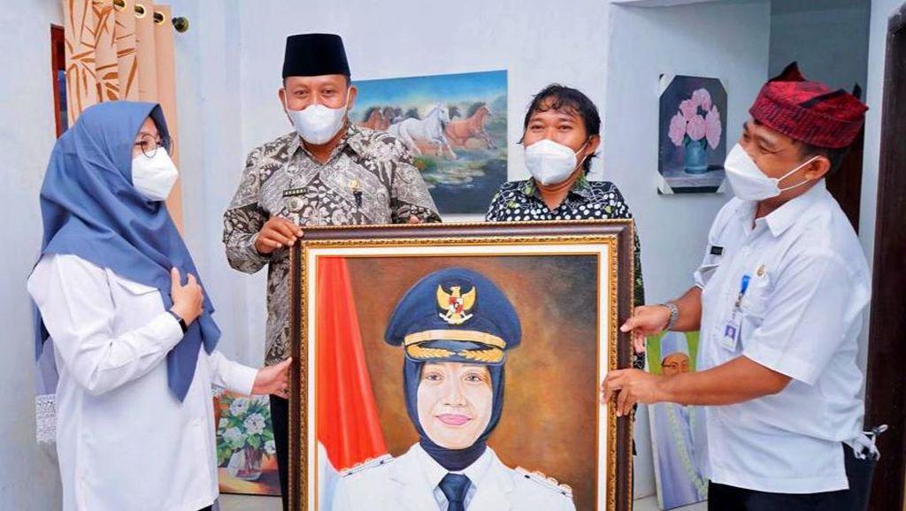 Surprise, Bupati Ipuk Dapat Lukisan dari Pelukis Tunadaksa