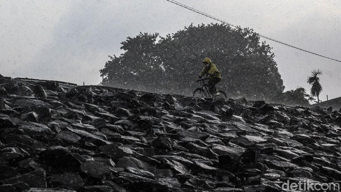 Menurut Badan Meteorologi Klimatologi dan Geofisika (BMKG), cuaca ekstrim pada hari-hari belakangan sebagai dampak tidak langsung dari badai siklon tropis di Filipina.