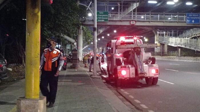 Dishub membawa mobil derek untuk menertibkan parkir di trotoar depan Halte Kayu Putih Rawasari, Jakarta Pusat.
