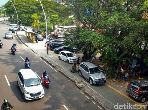 Petugas Dinas Perhubungan mengecek trotoar depan Halte TransJakarta Kayu Putih Rawasari, Jakarta. Trotoar ini dijadikan parkir liar untuk mobil.