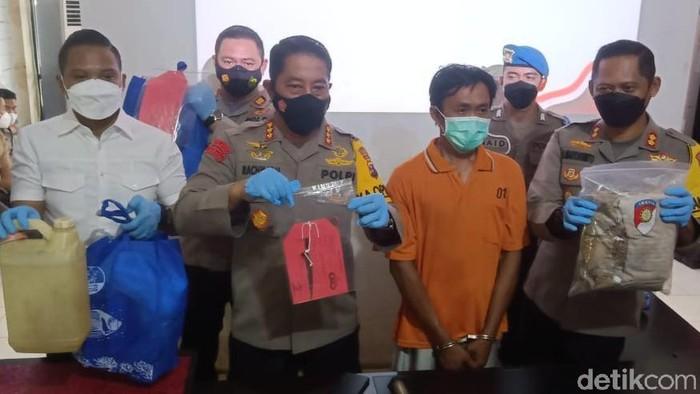 Hari Purwanto, pelaku mutilasi kepala wanita di Banjarmasin dihadirkan dalam konferensi pers.