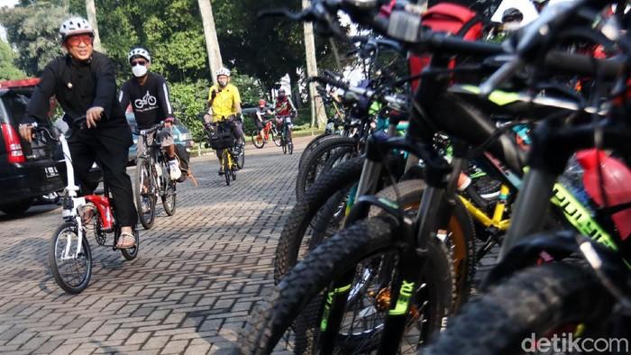 Peringati World Bycicle Day 2021, Wakil Wali Kota Bandung Yana Mulyana gowes dari rumah dinas ke Balai Kota Bandung. Orang nomor dua di Kota Bandung ini gowes dari rumah dinas yang yang berada di Jalan Nyland menuju Balai Kota Bandung yang ada di Jalan Merdeka sekitar 5 KM.