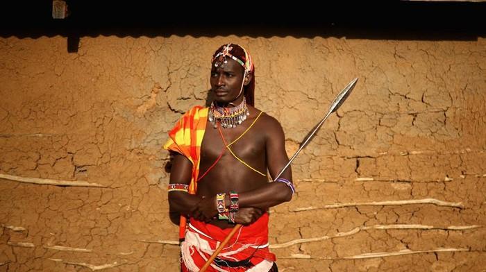 Suku Maasai di Tanzania, Afrika terkenal sebagai suku yang terkuat. Mereka ahli berburu, bahkan buruannya bukan main-main... singa!