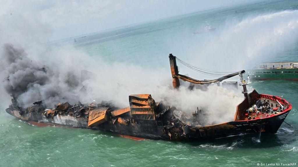 Karamnya Kapal Pembawa Bahan Kimia Ciptakan Bencana Ekologi di Sri Lanka