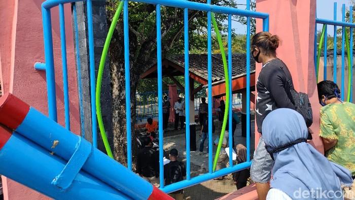 Keluarga korban Takdir Sunariati turut saksikan rekonstruksi pembunuhan keji dari balik pagar Dermaga Kulon Progo, Kamis (3/6/2021).