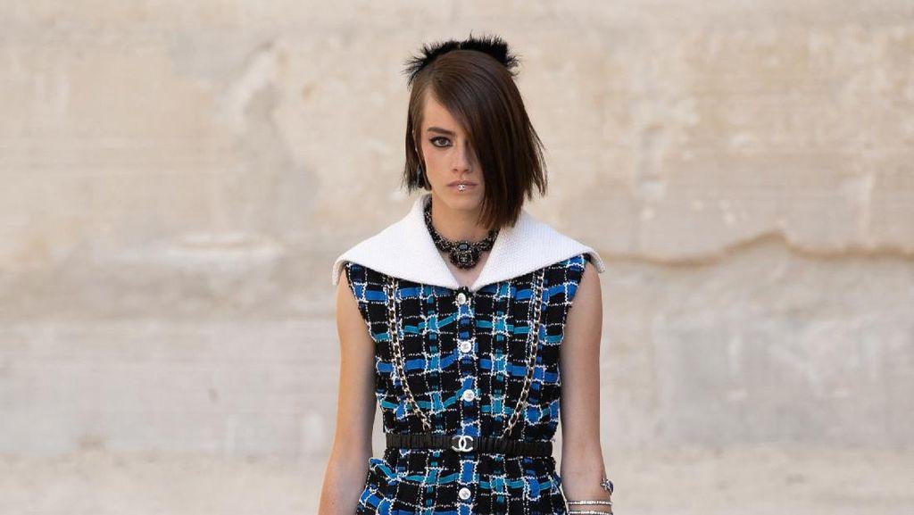 10 Koleksi Busana Chanel Resort 2022 yang Menampilkan Gaya Punk