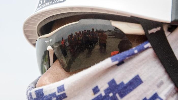 Relawan SAR Gabungan berusaha membalikkan perahu saat Pelatihan Tanggap Bencana Perairan di Waduk Jatiluhur, Purwakarta, Jawa Barat.