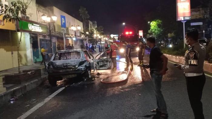Mobil Sedan Ludes Terbakar Di Nganjuk, 4 Orang Sekeluarga Selamat