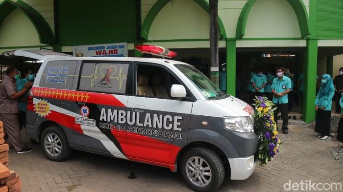 Nakes korban Corona dimasukkan ambulans di Kudus