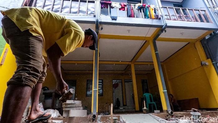 Pembangunan rumah panggung di Kampung Melayu untuk mengantisipasi banjir hampir selesai. Warga mulai menghuni rumah tersebut.