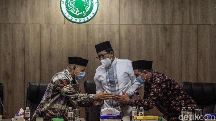 Perwakilan pegawai KPK yang tidak lolos Tes Wawasan Kebangsaan (TWK), Harun Al Rasyid (kanan) bersama Ketua MUI KH Abdullah Jaidi (kiri) dan KH Cholil Nafis (tengah) memberi keterangan pers di Gedung MUI Pusat, Jl Proklamasi, Jakarta, Kamis (3/6/2021) seusai pertemuan kedua belah pihak. Pegawai KPK yang tidak lolos TWK mengadukan sejumlah temuan terkait tes kebangsaan yang dinilai tidak selaras dengan kompetensi dan menjurus kepada isu SARA.