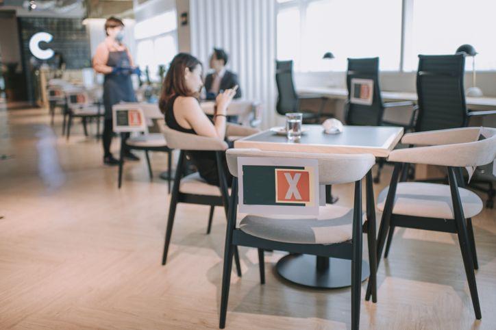 Viral! Restoran Tutupi Kamera HP Pengunjung pakai Stiker Sebelum Masuk