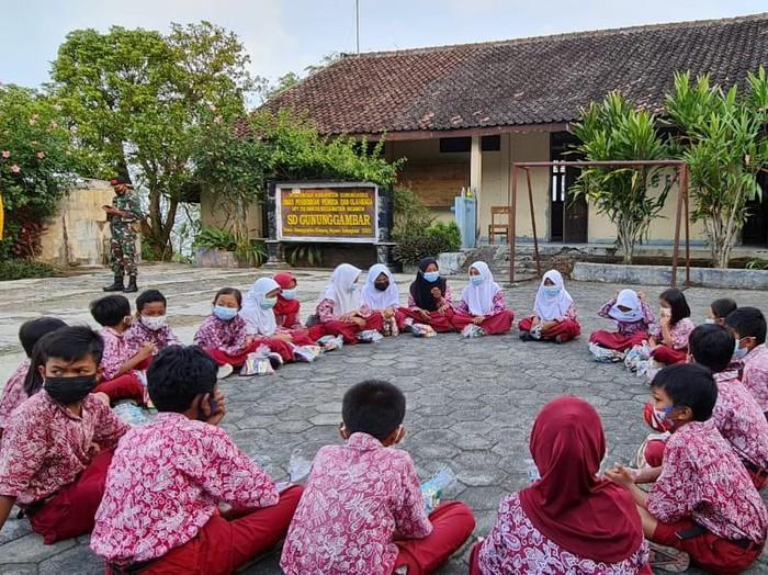 Suasana saat murid-murid di SD N Gunung Gambar datang ke sekolah untuk melakukan pembelajaran tatap muka.