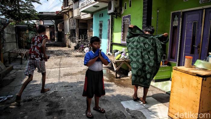 Suasana kampung RT 01 RW04 yang dilockdown di kawasan Semper Barat, Cilincing, Jakarta Utara, Kamis (3/6). Kampung tersebut di lockdown karena sebanyak 22 warga positif COVID-19.