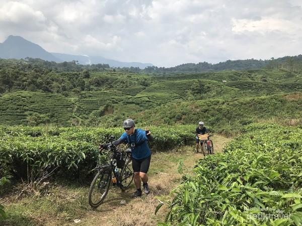 Tanjakan demi tanjakan membuat kami lebih banyak mendorong sepeda daripada kelelahan. Foto oleh Nasrullah.