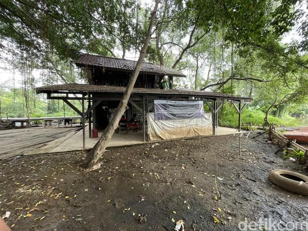 Tak hanya itu, bahkan, permukiman PIK pun mengganggu kawasan dan hewan liar Suaka Margasatwa Muara Angke. Alasannya adalah ketiadaan zona penyangga.