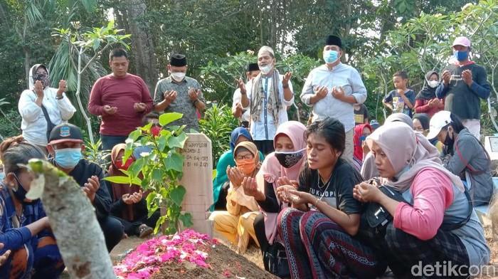 Suasana pemakaman nelayan yang mengalami kecelakaan di perairan cagar alam Pangandaran.