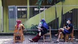 Dinkes melakukan vaksinasi massal di RT 003 RW 003, Cilangkap, Jakarta Timur, Kamis (3/6/2021). Wilayah RT tersebut merupakan klaster silaturahmi di Cilangkap.