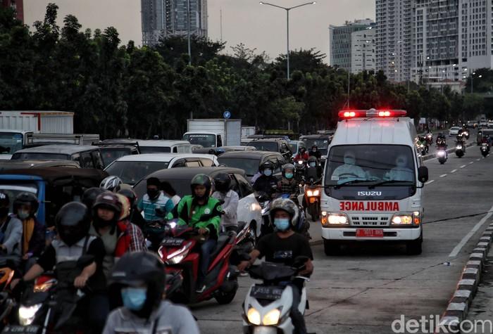 Sejumlah tenaga medis mengantar pasien COVID-19 dengan ambulans di kawasan Rumah Sakit Darurat COVID-19 Wisma Atlet, Kemayoran, Jakarta, Rabu (2/6).