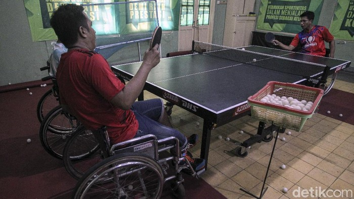 Atlet difabel cabang olahraga tenis meja menjalani latihan untuk persiapan Peparnas 2021 di Yogyakarta, Jumat (4/6/2021).