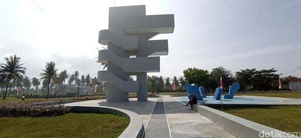 Alun-alun Paamprokan memiliki spot ikonik yaitu menara pantau setinggi 16 meter dengan pemandangan laut Pangandaran. Sayang, sampai Jumat (4/6) akses menuju menara pantau ini masih ditutup.