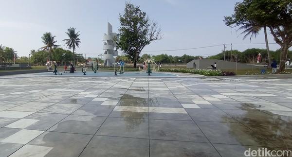 Alun-alun Paamprokan dibangun hasil kerjasama Pemerintah Provinsi Jawa Barat dengan pihak swasta. Nama alun-alun Paamprokan ini diberikan oleh Gubernur Jawa Barat Ridwan Kamil. Dia sengaja memilihkan nama yang lebih Nyunda.