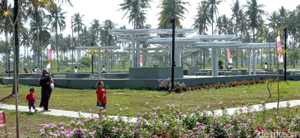 Selain sebagai penopang aktivitas pariwisata, alun-alun juga berfungsi sebagai sarana kegiatan masyarakat Pangandaran di berbagai bidang, baik keagamaan, seni, budaya dan lainnya.