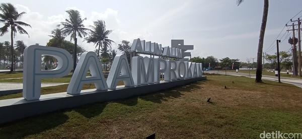 Kawasan Pantai Pangandaran kini memiliki ruang publik baru yang bisa dijadikan tempat menghabiskan waktu di luar ruangan. Ruang publik tersebut adalah alun-alun Paamprokan yang terletak di Jalan Pamugaran Pangandaran.