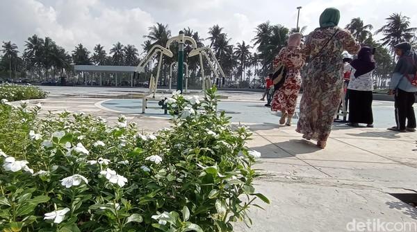 Pembangunan alun-alun ini memanfaatkan lahan milik pemerintah provinsi Jawa Barat, sementara pembangunannya memanfaatkan dana CSR dari sebuah perusahaan properti yang memiliki lahan persis di belakang lahan tersebut. Foto: Faizal Amiruddin/detikcom
