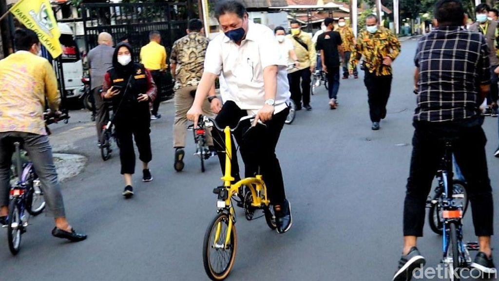 Asyiknya Airlangga Gowes Brompton Made in Bandung