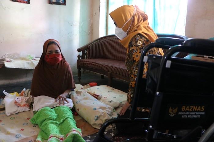 Badan Amil Zakat Nasional (Baznas) Kota Mojokerto menyalurkan zakat, infak, dan sedekah dari para muzaki lewat terobosan baru, yakni memberikan alat kesehatan seperti kursi roda bagi warga yang membutuhkan.