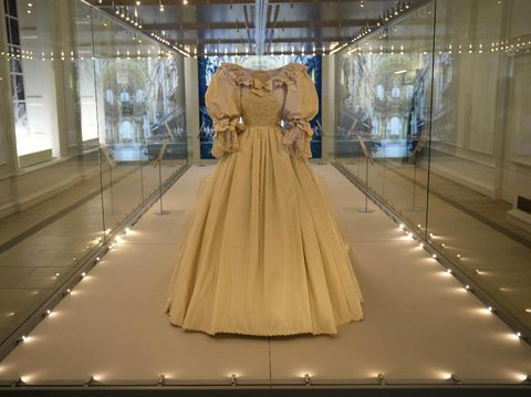 Baju pengantin Putri Diana dipamerkan pertamakalinya setelah 25 tahun di Istana Kensington, London, Inggris.