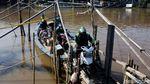 Bebas Macet, Perahu Eretan Jadi Primadona Warga Pinggiran Ibu Kota