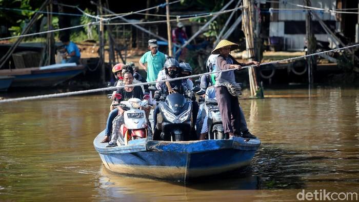 Perahu sepanjang 10 meter itu tak henti seberangkan pemotor di Jakut. Perahu eretan jadi primadona karena jadi solusi para pemotor hindari macet di Ibu Kota