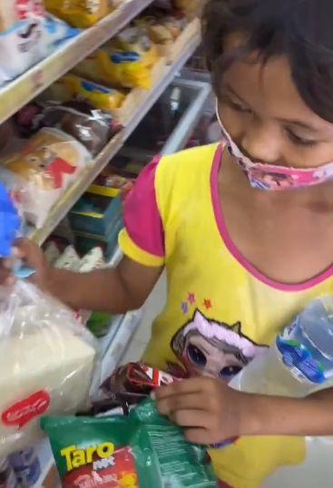 Bocah Pemulung Ditraktir Jajan Ke Minimarket Cuma Minta Air Putih