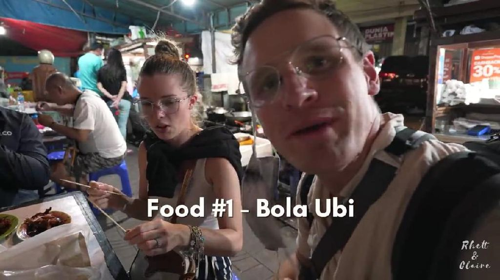 Komentar YouTuber Amerika-Afrika Saat Cicip Bola Ubi dan Serabi Durian