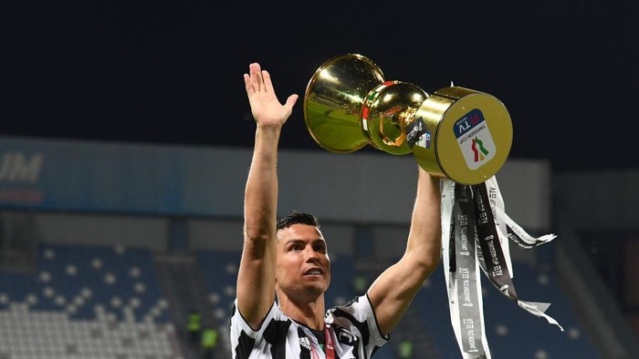 REGGIO NELLEMILIA, ITALY - MAY 18: Cristiano Ronaldo of Juventus celebrates with the TIMVISION cup following the TIMVISION Cup Final between Atalanta BC and Juventus on May 18, 2021 in Reggio nellEmilia, Italy. (Photo by Claudio Villa/Getty Images for Lega Serie A)