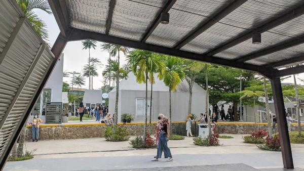 Selanjutnya ada Kumulo Creative Compound. Berlokasi di The Breeze BSD City, Tangerang Selatan, Kumulo Creative Compound adalah sebuah creative compound yang berada di lahan terbuka yang luas dan didesain menarik serta super aesthetic.