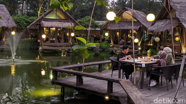 Berlokasi di Bintaro Sektor 7, Tangerang Selatan, restoran ini menawarkan suasana makan lesehan dipinggir kolam, cocok untuk makan besar keluarga. Kolam ikan super besar dan pohon-pohon rindangnya membuat suasana makin asri, dijamin untuk sesaat kamu akan lupa hiruk pikuk kota Jakarta.