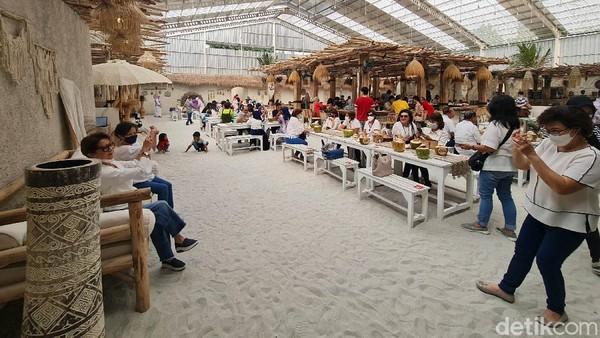 Pengunjung menikmati akhir pekan di restoran Hey Beach di Alam Sutera, Tangerang Selatan.