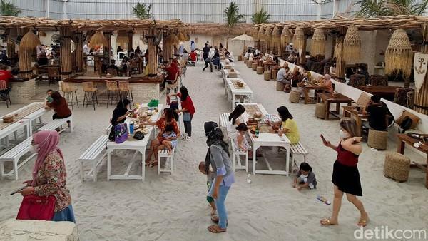 Restoran bernuansa Bali di tengah kota dengan konsep outdoor ini begitu siap untuk berlaga di tengah nuansa pandemi. Sejak awal, Hey Beach memang ramah ventilasi dan tidak tertutup seperti restoran klasik.