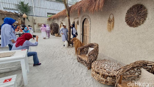 Masuk ke dalamnya, suasana beach hut makin terasa lewat hadirnya pasir pantai yang disebar merata di seluruh area restoran. Hal itu juga didukung oleh interior restoran yang dibuat bergaya serupa.
