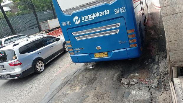 Jalan bus atau busway di Halte Kuningan Timur arah Monas rusak.