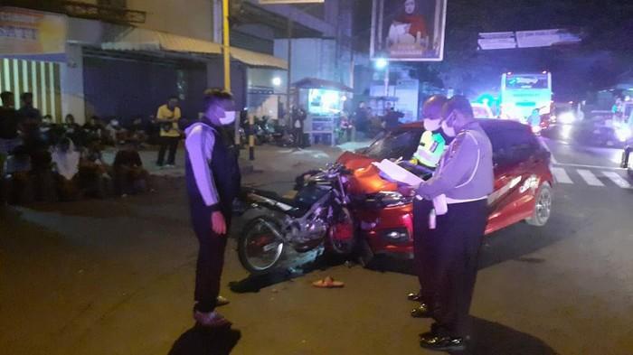 Tabrakan frontal terjadi antara mobil dengan sepeda motor di Jalan Raya Tulungagung-Blitar. Kecelakaan tersebut menewaskan satu orang di lokasi kejadian.