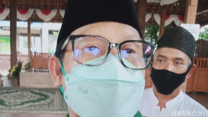 Ketum PKB Muhaimin Iskandar atau Cak Imin ziarah ke makam pendiri Ponpes Al-Muttaqien Pancasila Sakti, Kiai Muslim Rifai Imampuro atau Mbah Liem  di Klaten, Jumat (4/6/2021).