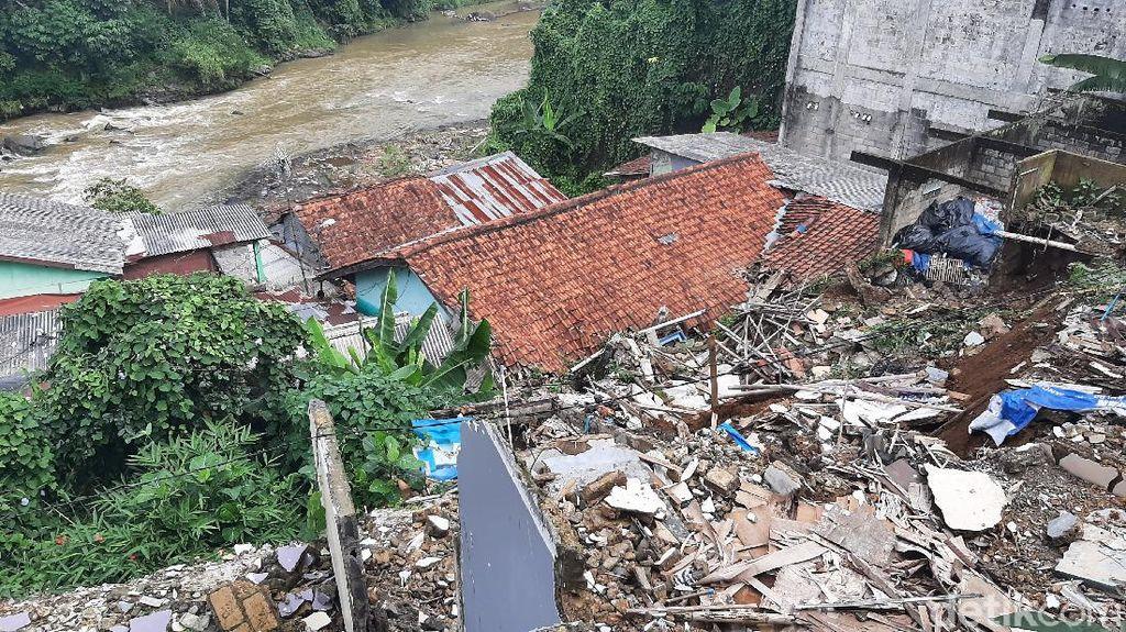 Tebing Setinggi 7 Meter di Bogor Longsor, 1 Orang Sempat Tertimbun