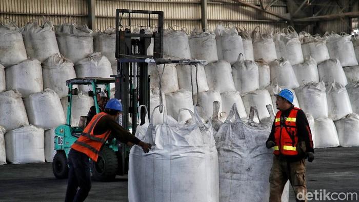 Indonesia mengimpor gula mentah dari India. Gula mentah ini disimpan di Pelabuhan Tanjung Priok, Jakarta, untuk selanjutnya didistribusikan ke berbagai daerah.