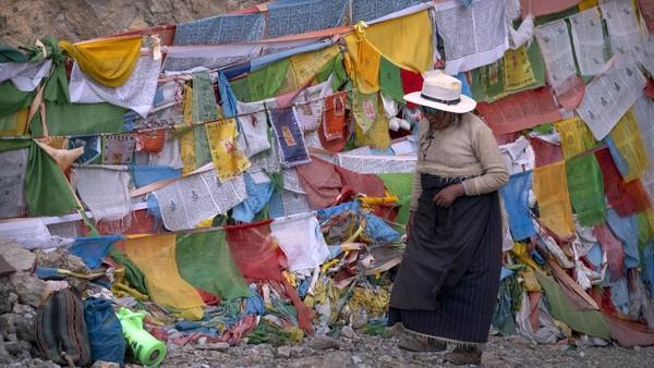 Daerah Tibet memiliki suhu cukup rendah karena berada di pegunungan es, penduduk lokal mengandalkan kebutuhan hidup dari hutan dan sungai.