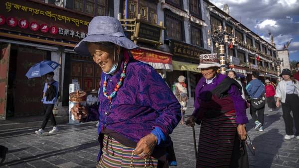 Perbedaan mencolok antara penduduk Tibet dengan penduduk di daerah sekitarnya ialah penduduk asli Tibet memiliki siklus usia lebih dari 100 tahun.